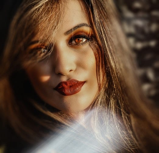 dark blonde lady with hazzle eyes & dark red lips